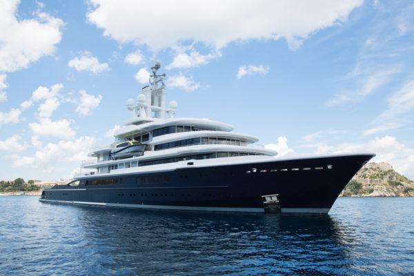 Luxus: Megagroße Yacht am Meer - Konzept Reichtum