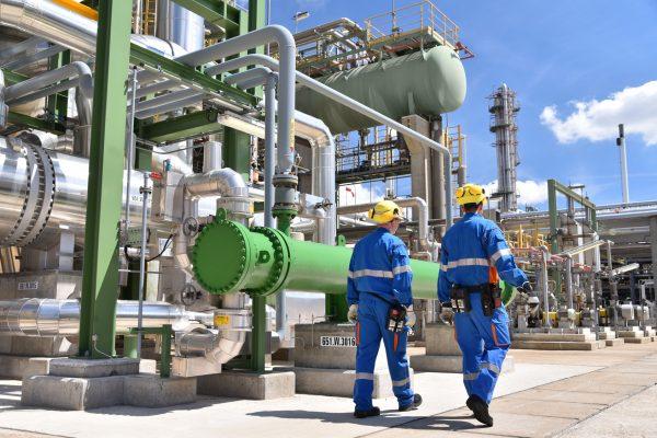 Personal in einer Industrieanlage - Gruppe Arbeiter in einem Chemiewerk/ Erdölraffinerie //// Group workman in a petroleum refinery